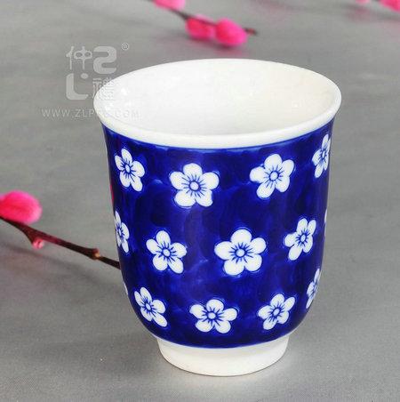 青花瓷茶杯梅花