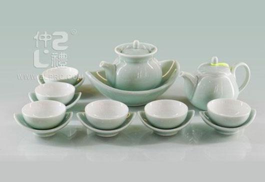 浅绿釉扁茶壶配小船形盘碟17头茶具组